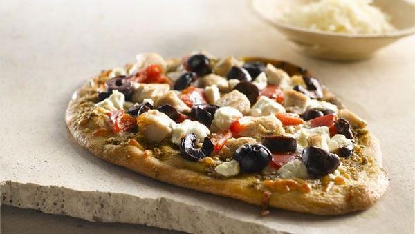 Греческая пицца с курицей и томатной сальсой