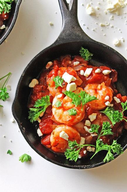 Креветки, запеченные с томатами и узо