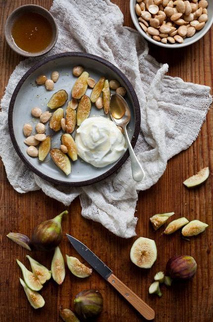 Греческий йогурт с инжиром, финиками и медом