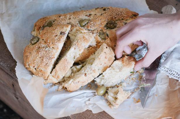 Бездрожжевой хлеб «Елиопита» с луком и оливками