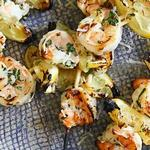 Креветки гаридес на гриле с яично-лимонным соусом «Авголемоно»
