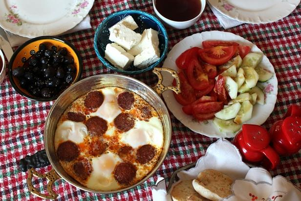 Фото Яичница с колбасками, перцем и томатами