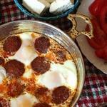Яичница с колбасками, перцем и томатами
