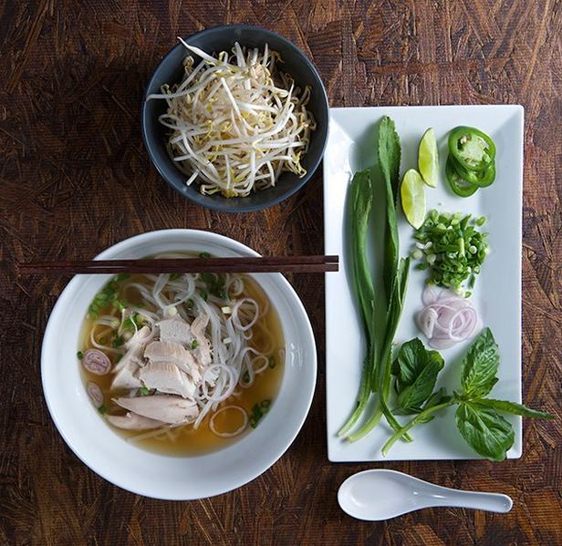 Фо га (Вьетнамский суп с рисовой лапшой и курицей)