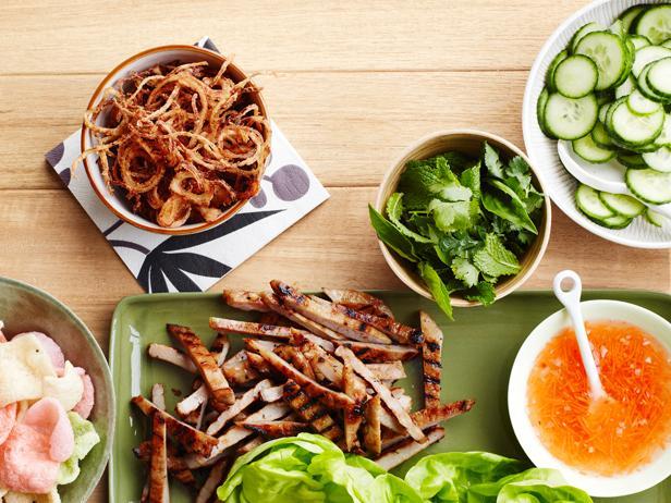 Фото Конвертики из листьев салата со свининой-гриль