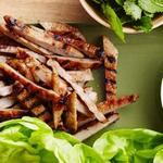 Конвертики из листьев салата со свининой-гриль