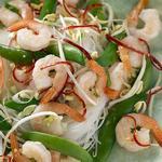 Вьетнамский салат с креветками и стеклянной лапшой