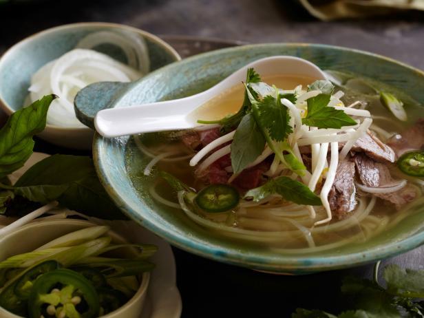 Вьетнамский суп с рисовой лапшой и говядиной «Фо Бо»