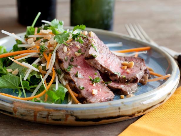 Фото Стейк на гриле с салатом из папайи