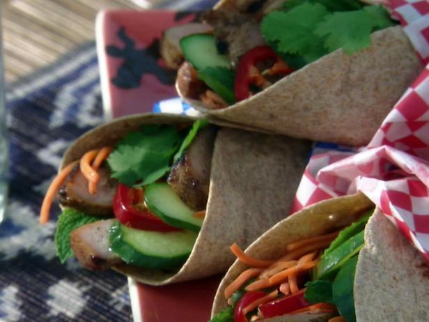Фото Врапы Бан ми: Вьетнамские конвертики со свининой на гриле с маринованной морковью и мятой