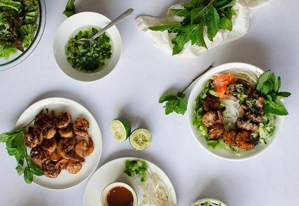 Салат с рисовой лапшой «Бан сит» и заправкой из соуса ныок чам