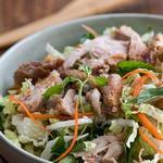 Вьетнамский салат с курицей, капустой и мятой