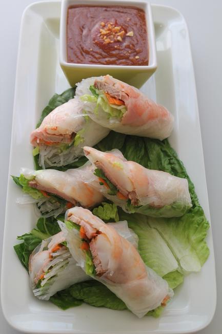 Спринг-роллы со свининой и креветками (Гои куон) с арахисовым соусом (Нуок лео)