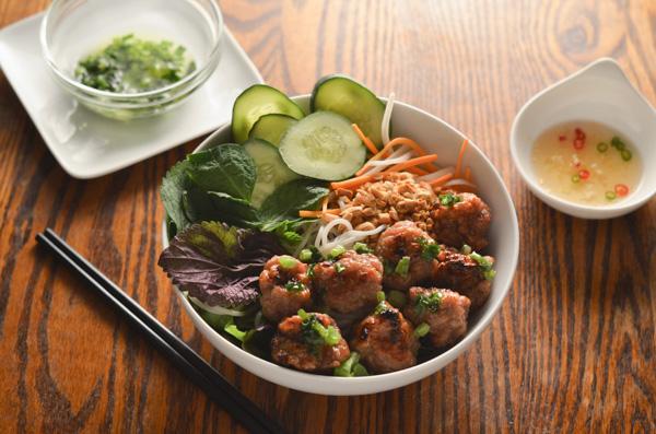 Вьетнамские свиные фрикадельки барбекю (Нем Нуонг) с рыбным соусом