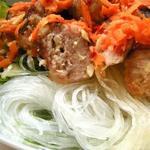 Салат с рисовой лапшой и фрикадельками