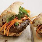 Вьетнамский гамбургер «Бан ми» с маринованными овощами