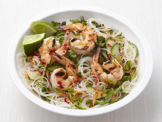 Салат с рисовой лапшой и креветками