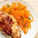 Курица по-тайски с салатом из моркови и имбиря