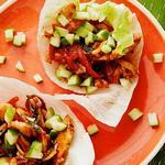 Врапы из листьев салата с глазированной курицей по-тайски