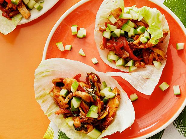 Фото Врапы из листьев салата с глазированной курицей по-тайски