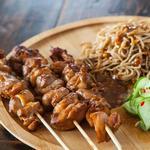 Курица на шпажках с острым тайским салатом