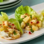 Закуска с ананасом на листьях салата и тайским соусом