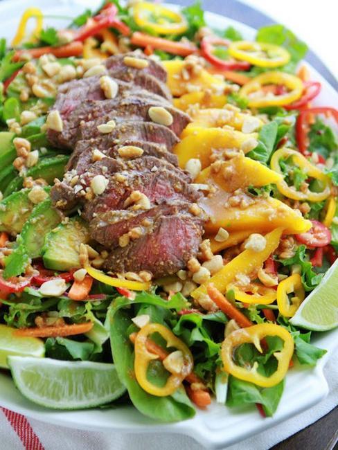 Легкий листовой салат с говяжьей вырезкой
