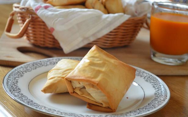 Штрудель из теста фило с сыром бри и копченым лососем