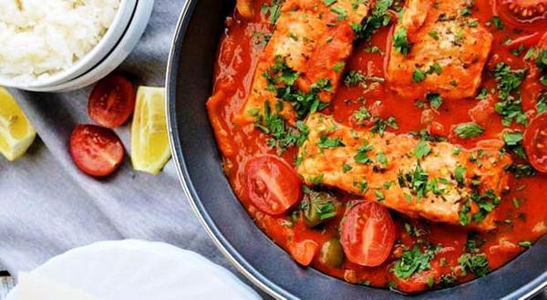 Жареный хек с томатным соусом