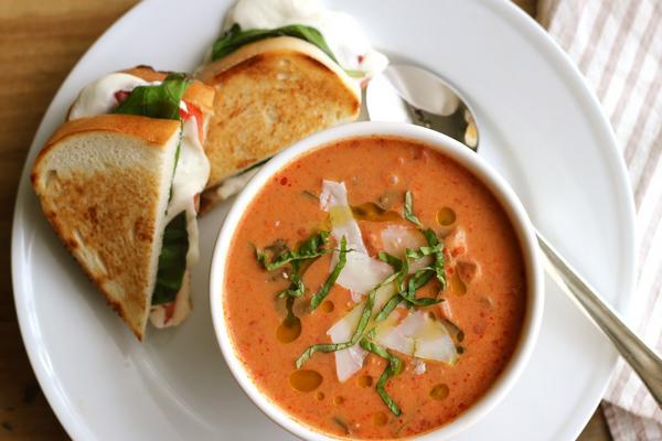 Фото Португальский томатный суп с колбасой