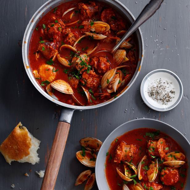 Моллюски тушенные на сковороде в томатном соусе «Амейжоаш на катаплана» (Almeijoas Na Cataplana)