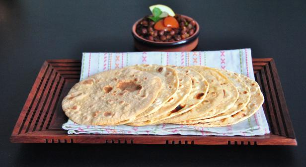 Фото Чапати – индийские лепешки из цельнозерновой муки на сковороде