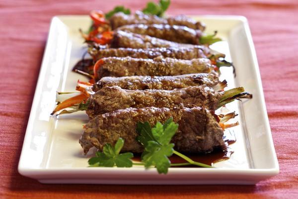 Жареные рулетики из говядины, начиненные овощами по-японски «Гюнику ясай»
