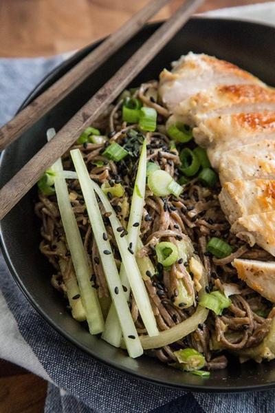 Фото Куриный салат с лапшой соба