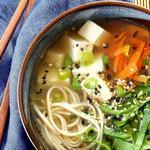 Суп со шпинатом, тофу и лапшой соба