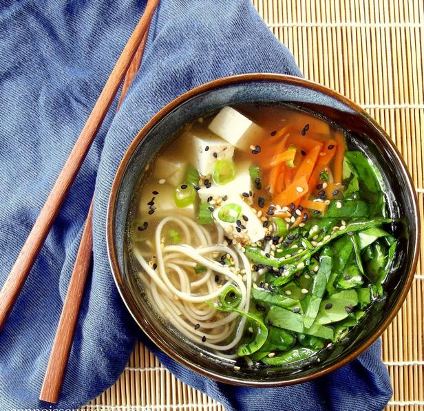 Фото Суп со шпинатом, тофу и лапшой соба