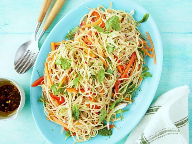 Фото Азиатский салат с гречневой лапшой