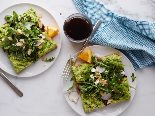 Салат к завтраку с авокадо на тостах