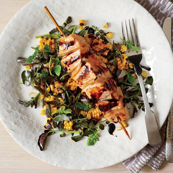 Фото Филе лосося на листьях салата с медово-горчичным соусом
