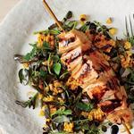 Филе лосося на листьях салата с медово-горчичным соусом