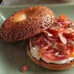 Сэндвич с лососем из булочки бейгл