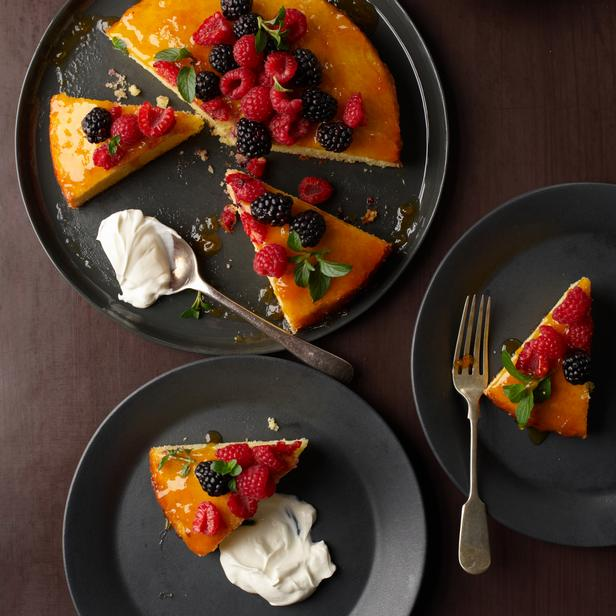 Миндальный кекс со свежими ягодами
