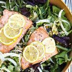 Зеленый салат с лососем на пару