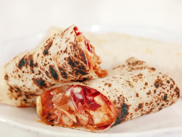Фото Куриные буррито с фасолью и краснокочанной капустой в остром соусе