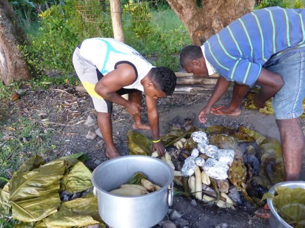приготовление пищи на углях в земляных ямах