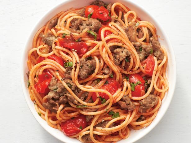 Фото Тушеные спагетти с фаршем и томатами