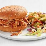 Сэндвич с куриной грудкой в соусе барбекю и салатом из капусты и маринованной окры