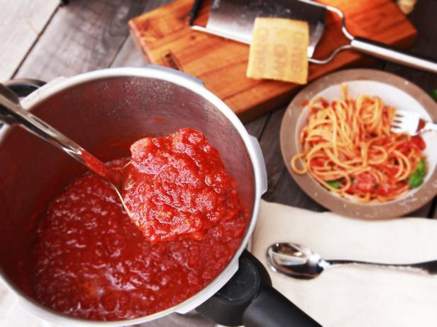 Фото Томатный соус с тунцом к спагетти