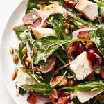 Салат из шпината и бекона с курицей