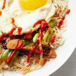 Боул с рисом, жареным яйцом и овощами